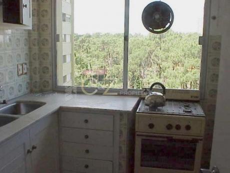 Apartamentos En Playa Mansa: Cyz35a