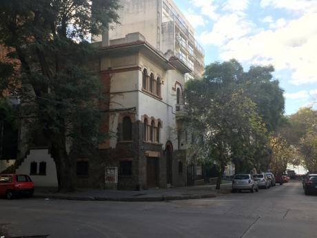 Venta, Corazón De Pocitos, Casa De Estilo Pero Ambientes Amplios Y Funcional.