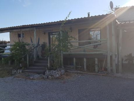 Casa De 2 Dorm, + Monoambiente Con Baño