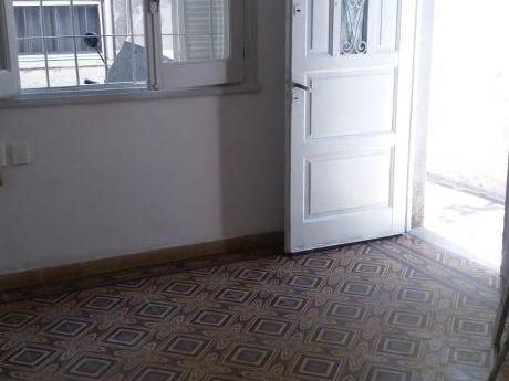 Apartamento De 2 Dormitorios En Buceo, Próximo A Comercio