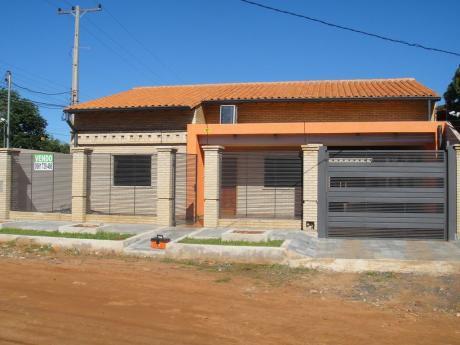 Luque / Laurelty - Hermosa Casa De 3 Dormitorios En Esquina