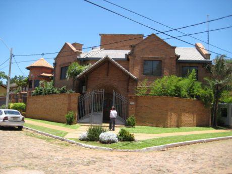 Fina Residencia, En Barrio 100% Residencial, Los Laureles,   4 Dorm