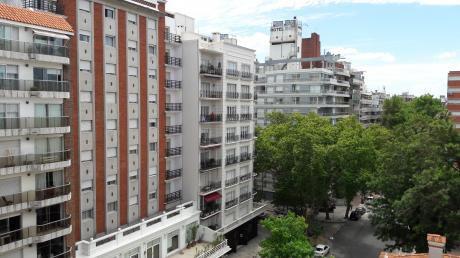Se Vende En Pocitos Apartamento De 4 Dormitorios 2 Baños Y Garaje X2