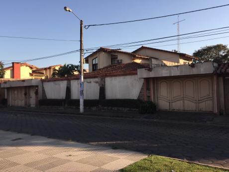 Amplia Casa En B/cooper Con Salida A Dos Calles