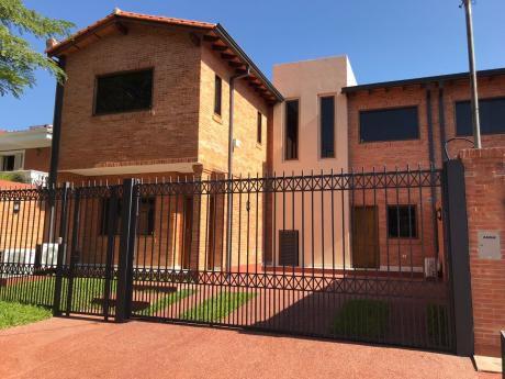 Alquilo Amplia Casa Pareada Barrio Mariscal Estigarribia.