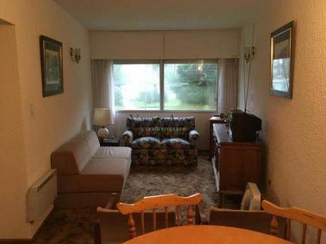 Apartamentos En Playa Mansa: Vaz5422a