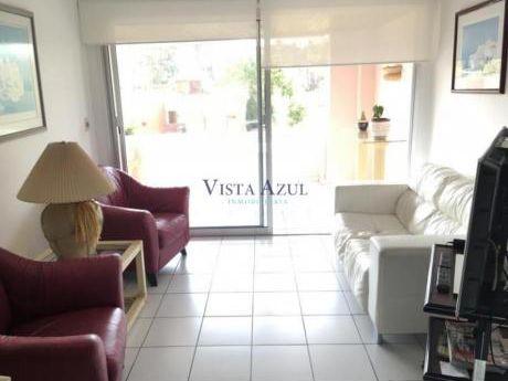 Apartamentos En Playa Mansa: Vaz5425a