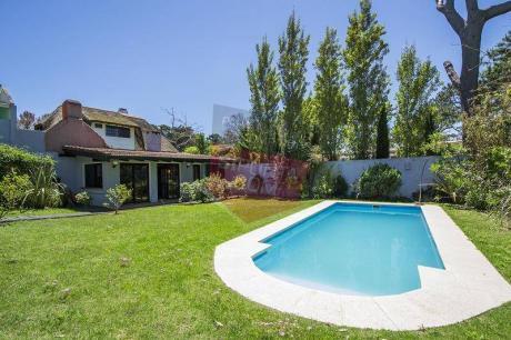Casa En Playa Brava Con Piscina Y Parrillero - Ref: 166