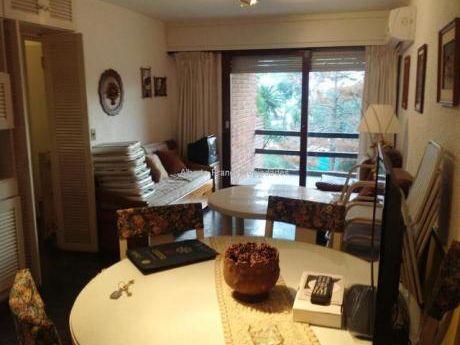 Comodo Apartamento Con Terraza Y Serv. De Mucama.