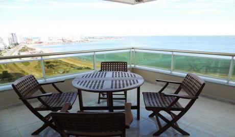 Frente Al Mar. Edificio De Gran Categoría En Punta Del Este.