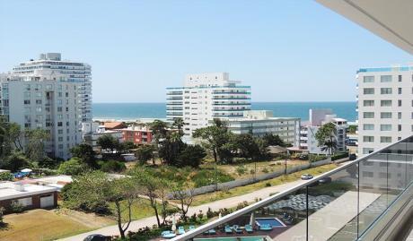 Punta Del Este. Playa Brava. A Metros Del Mar En Torre Esmeralda.