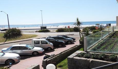 Hermoso Apartamento En Edificio Frente Al Mar. Excelente Ubicación !!!