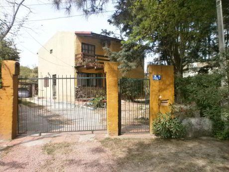 Casa De Dos Pisos Con Techo Liviano De Tejas A Dos Aguas.