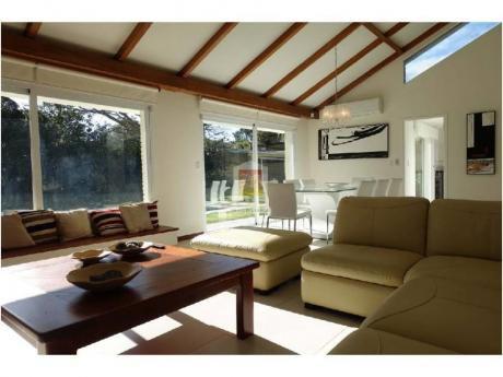 Casa En Playa Mansa, Todo A Nuevo. Pronta Para Entrar