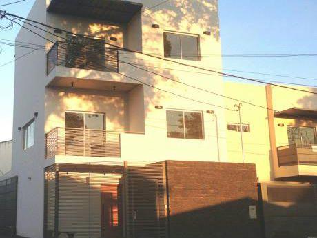 Duplex En 3 Niveles Con Tres (3) Dormitorios En Barrio Vista Alegre