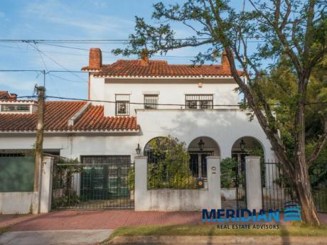 Casa De Estilo En Carrasco Sur Con Importante Parque