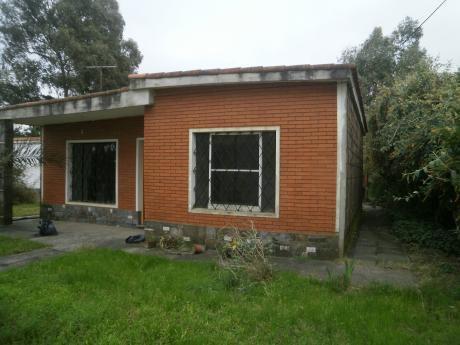 Casa  2 Dormitorios En Lagomar, Jardín Al Frente Y Patio Con Churrasquera.