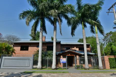Importante Residencia En Barrio Exclusivo