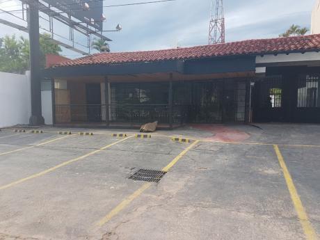 Local Comercial Sobre Aviadores Del Chaco. Zona Paseo La Galería
