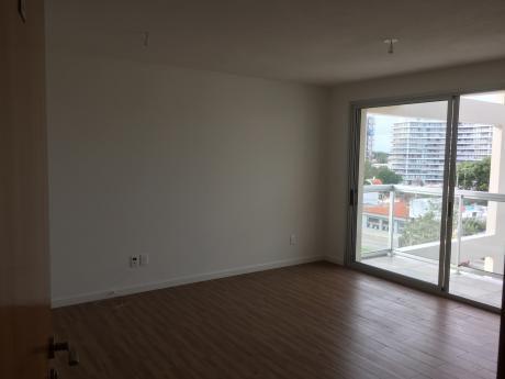 Alquilo Apartamento A Estrenar Al Frente, 2 Dormitorios Con Placares,  Cochera