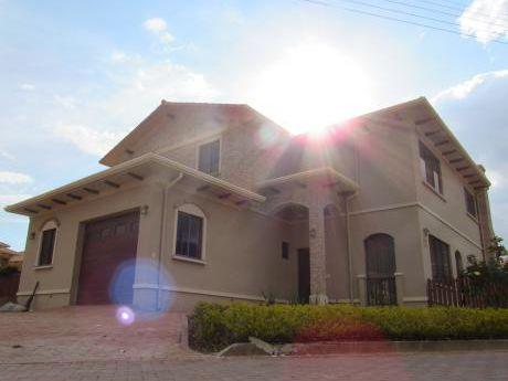 Hermosa Casa En Alquiler - Urb. La Serena