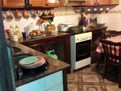 Coqueta Casita Dos Dormitorios En La Comercial