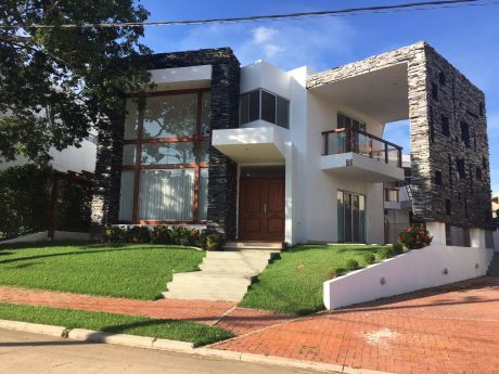 Alquiler De Hermosa Casa Estilo Minimalista En Urubo