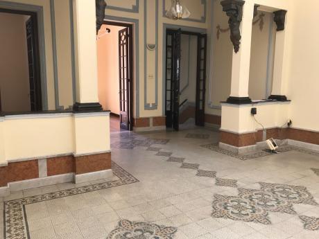 Casa De 6 Ambientes, Lo Que No Hay, Proximo A Plaza Varela!!!