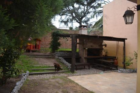 Importante Residencia Desarrollada En Dos Plantas, excelente Ubicación