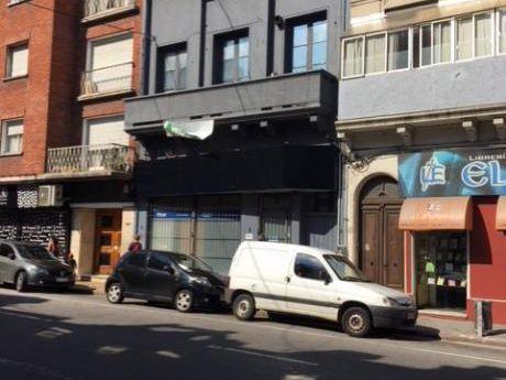 Casa De Altos Con Local Comercial En P.b.
