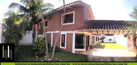 Hermosa Casa Con Un Amplio Patio Y Lindo Jadín