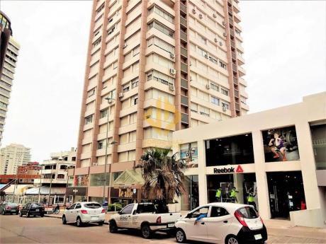 Edificio Centrico Y A Pasos De Playa Mansa Y De Playa Brava.