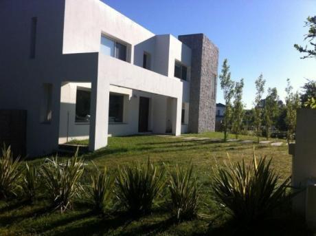 Imponente Casa En Barrio Privado