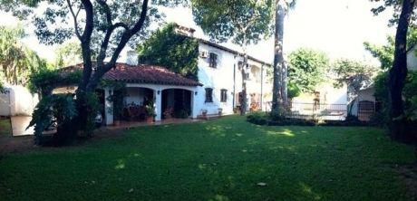 Residencia En Esquina En Barrio MburucuyÁ