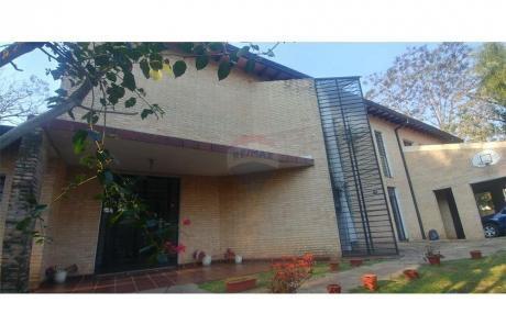 Amplia Residencia, En Barrio Herrera Con 5 Dorm.