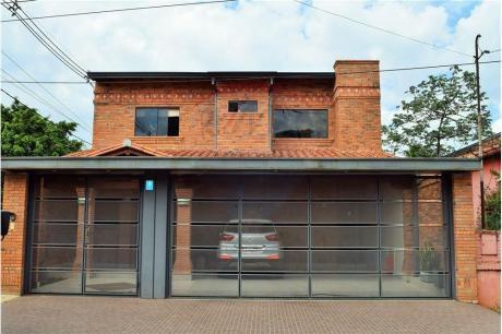 Fina Casa En Esquina A Una Cuadra De Eusebio Ayala Con 4 Dormitorios