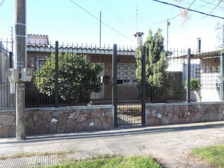 Casa Con Amplio Fondo, Piscina Y Cocheras!!