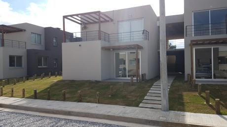 Alquile Casa A Estrenar De 2 Dormitorios En Barrio Cerrado. Lagomar.