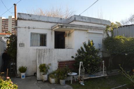 Casa Dos Dormitorios 190 M2 Fondo, Acepta Permuta.