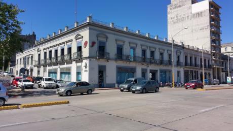 Alquiler Oficina Y Deposito Frente Sobre Rambla De 1500 M2 Excelente Estado.