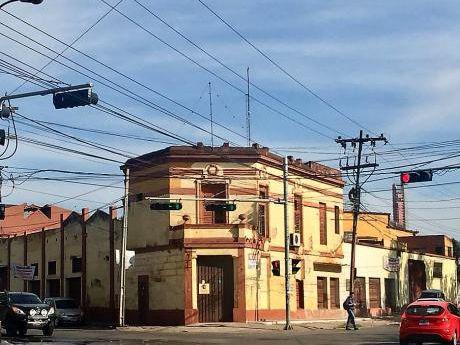 Alquiler De Importante Local Comercial Sobre Artigas Y Gral. Santos!!!
