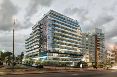 Alquiler De Apartamento En Malvin, En Edificio Aquarius, Un Proyecto De Primera Línea Ubicado En La Rambla República De Chile