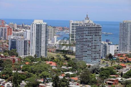 Apartamentos En Venta En Punta Del Este, Sobre La Avenida Roosvelt En Edificio Gala Vista