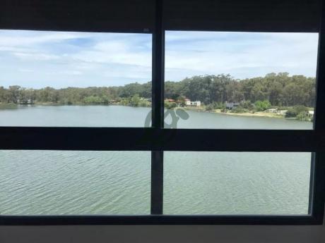 Apartamento En Alquiler A Estrenar En Carrasco, Sobre El Lago De Punta Cala