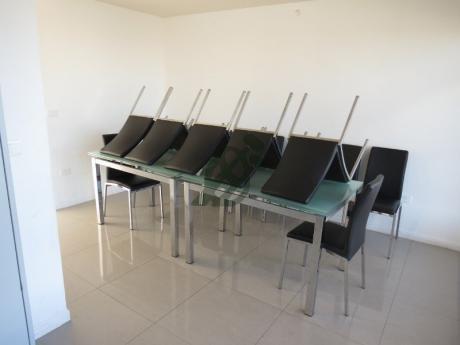 Apartamento De Un Dormitorio, Con Dos Patio, Amoblado.