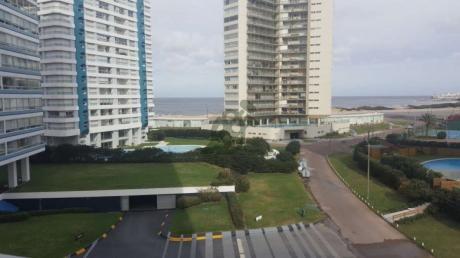 Apartamento En Venta En Punta Del Este, Sobre La Avenida Chiverta Y Rambla En La Parada 3 De La Brava, En Edificio Ocean Tower