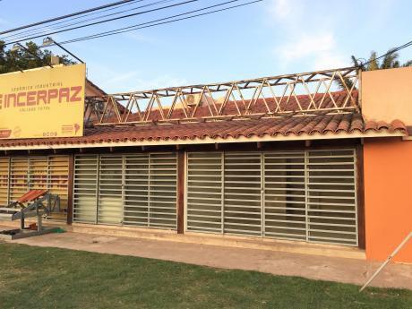 Alquilo 2 Locales Comerciales Sobre La Av. Santos Dumont Por El 5º Anillo.