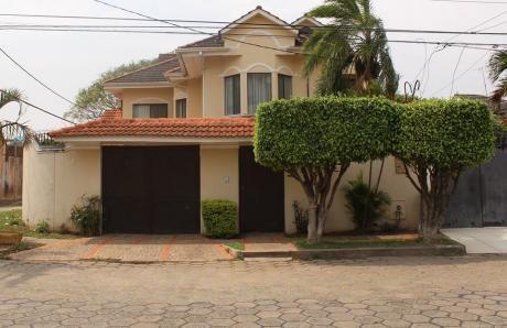 Hermosa Casa Ubicada En La Av. Pirai