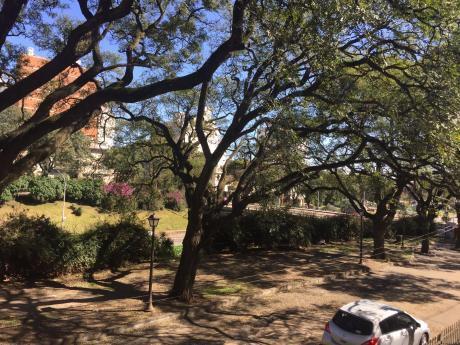 Casa 2 Dormitorios, Y Servicio. Ph De Altos, Estar, Parrillero Y Barbacoa