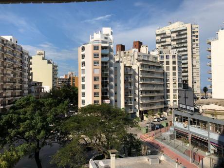 Venta Pocitos, 2 Dormitorios, 2 Baños Y Garaje, A Metros De Rambla.